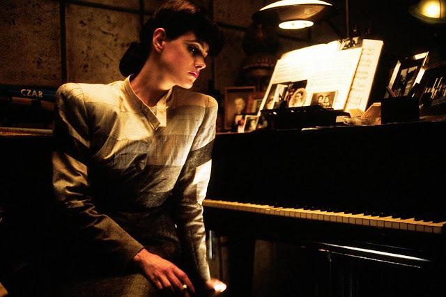 Dans Blade Runner, Rachel (Sean Young) explore elle aussi ses propres dons/souvenirs programmés face à un instrument.