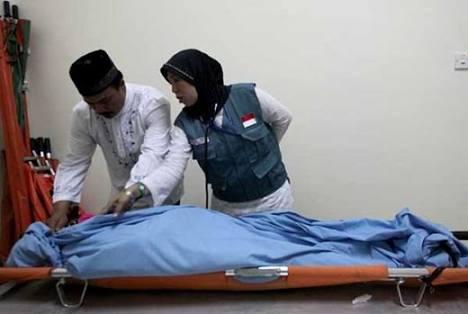 Petugas medis saat mengecek jamaah haji Indonesia yang meninggal.