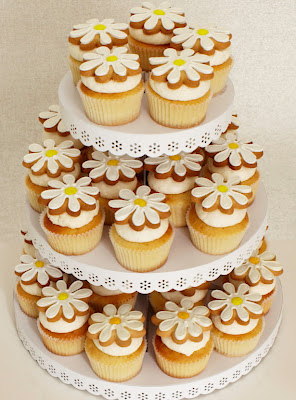 yellow and white daisy cupcakes