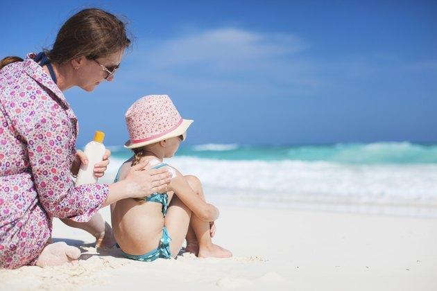 كيفية مسح البقع الداكنة على جلد الأطفال