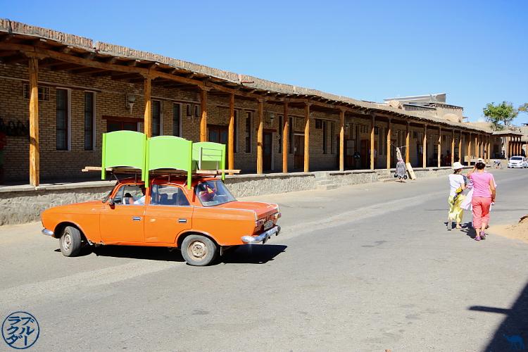 Les fameuses Lada dans la ville de  Boukhara -Roadtrip en Ouzbékistan - Asie Centrale - Le Chameau Bleu