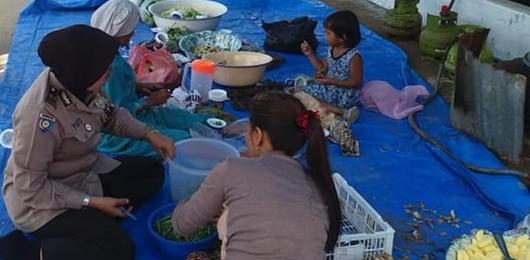 Baznas Kota Padang Buka Dapur Umum di Lokasi Pasca Banjir, Polwan Ikut Masak