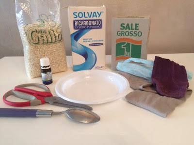 Ingredienti che abbiamo tutti in casa per fare i sacchetti profumati per cassetti e armadi. Con olio essenziale di eucalipto.