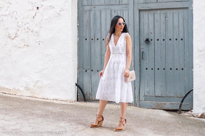 Blogger influencer en Valencia con ideas de oufit con estilo femenino para resaltar el moreno con vestido blanco