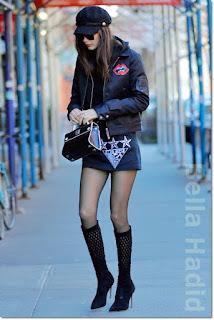 ベラ・ハディッド(Bella Hadid)は、ディオール(Dior)のバッグ、タマラメロン(Tamara Mellon)のブーツを着用。