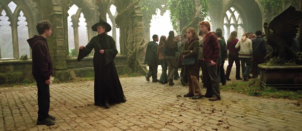 Everybody dressed in black in Harry Potter and the Prisoner of Azkaban movieloversreviews.filminspector.com