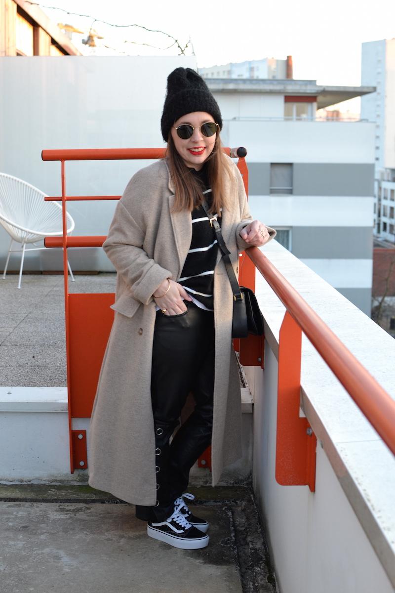 manteau long beige American Vintage, mariniére H&M, pantalon cuir H&M, Vans , bonnet noir, sac Saint Laurent
