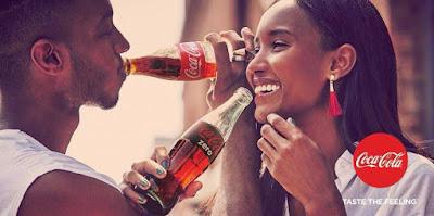 CEwek cantik kulit hitam pegang botol