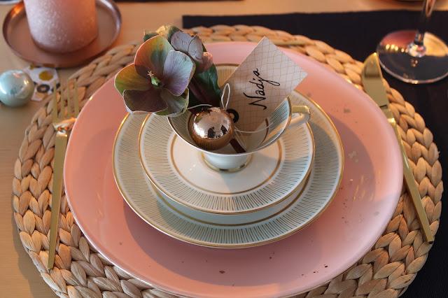 Tischkarte altes Service Weihnachtsdeko rosa gold dunkelblau mit Schneerosen Pink Frost Pretty in Pink Tischdekoration Weihnachten Jules kleines Freudenhaus