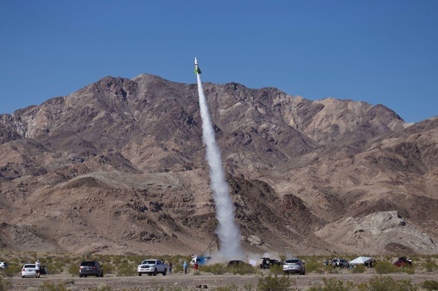Mike Hughes decolando com seu foguete
