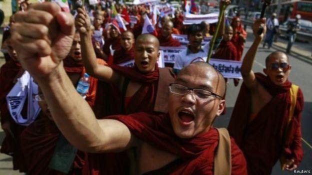 Ratusan Budha Desak Lembaga Bantuan Berhenti Bantu Rohingya