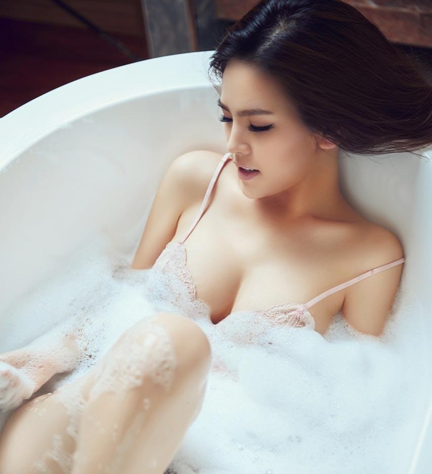 Cách tạo dáng tinh tế trong bồn tắm của các người đẹp Việt - Ảnh 1