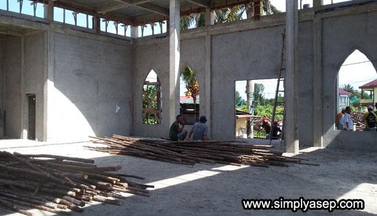 LAPANG : Inilah susana di dalam masjid Babussalam Duta Bandara yang sudah siap diplester , dan tumpukan cerucuk ini juga segera akan digunakan. Foto Asep Haryono