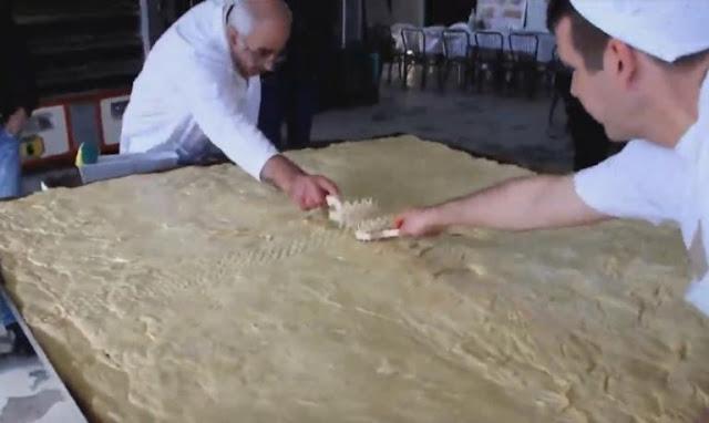 Χαλκιδική: Χριστόψωμο 400 κιλών στην Αρναία – Το έθιμο που χάνεται στα βάθη των χρόνων (video)