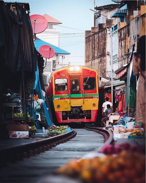 Nếu không muốn tốn nhiều thời gian đi tàu hỏa, bạn có thể đi xe dọc theo tuyến đường Thonburi Pak Tho khoảng 63 km. Sau khi đi qua trung tâm Samut Songkhram, bạn sẽ nhìn thấy tuyến đường sắt đi qua Maeklong.
