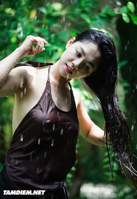 Hot girls Vietnamese girl shower under raining