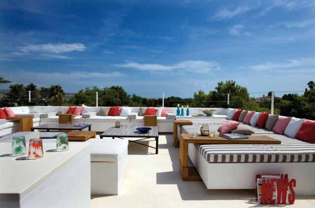terraza con gran sofa de obra y cojines a rayas chicanddeco