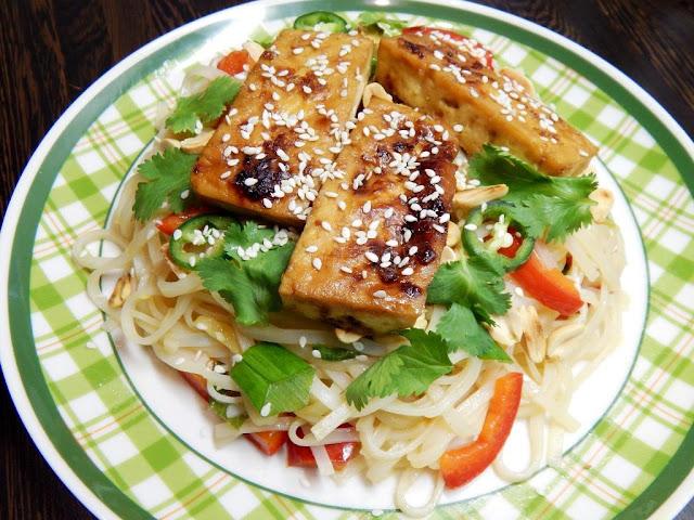 Pečené tofu v marinádě a restované rýžové nudle