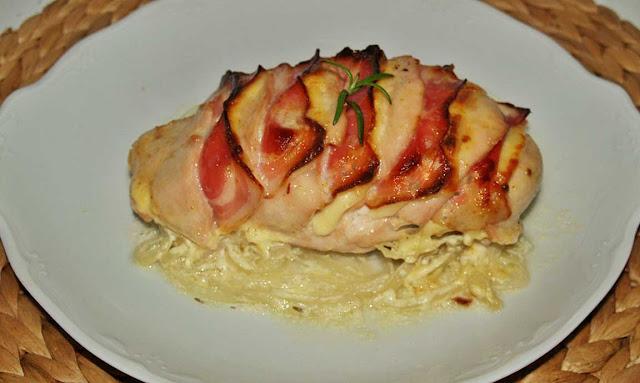 Pollo hasselback con queso y bacon