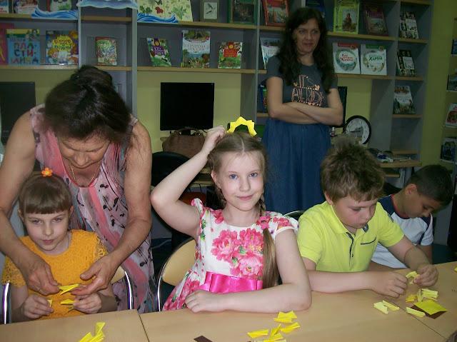 Самарская областная детская библиотека (интересное лето), ну как же не примерить корону? пусть это всего лишь бумажный сыр (Самарская областная детская библиотека, интересное лето)