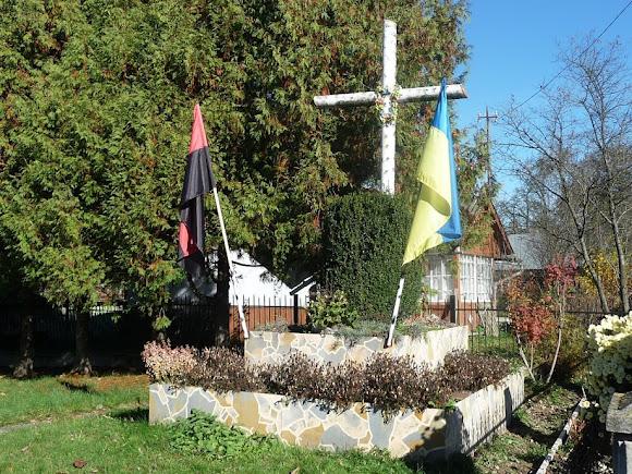 Верхние Гаи. Церковь Пресвятой Троицы. 1910 г. Символическая могила и крест