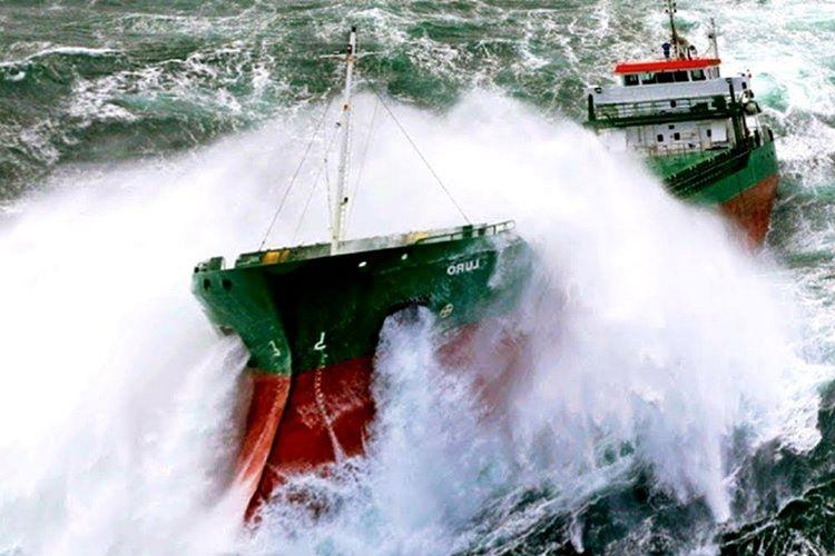 Gemi yutan Godzilla büyüklüğündeki dalgadan kıl payı kurtuldular.