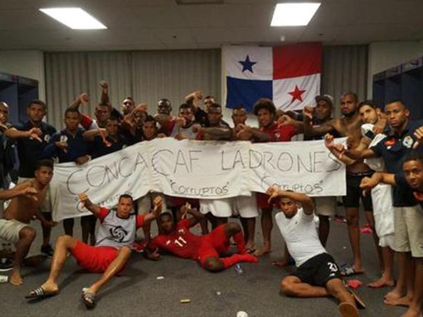 La selección de Panamá protesta después de que los árbitros le robaran el triunfo en la semifinal donde derrotaban a México en la Copa de Oro 2015