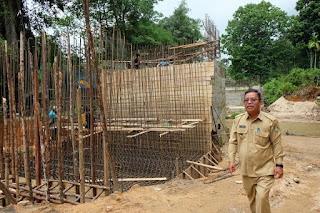 Bupati Rupinus Tinjau Jalan dan Jembatan Sambil Pulang Kampung