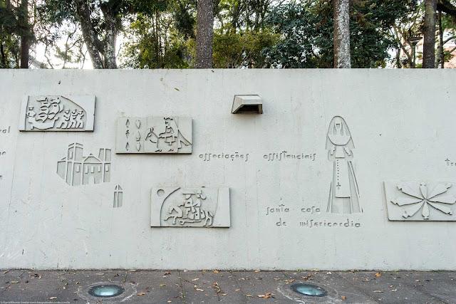 """""""História de Curitiba"""", um painel de Poty Lazzarotto na Praça 29 de Março"""