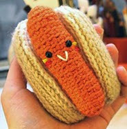 http://amigurumifood.blogspot.be/2013/01/hot-dog-free-pattern.html