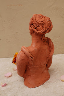 lady, woman, art, arte, sarah, myers, sculpture, escultura, kunst, skulptur, scultura, terracotta, figurative, bouquet, autumn, flowers, ringlets, red, clay, marigolds, rose, ceramic, ceramica, contemporary, beautiful, arrangement, bowl, dish, decor, deco