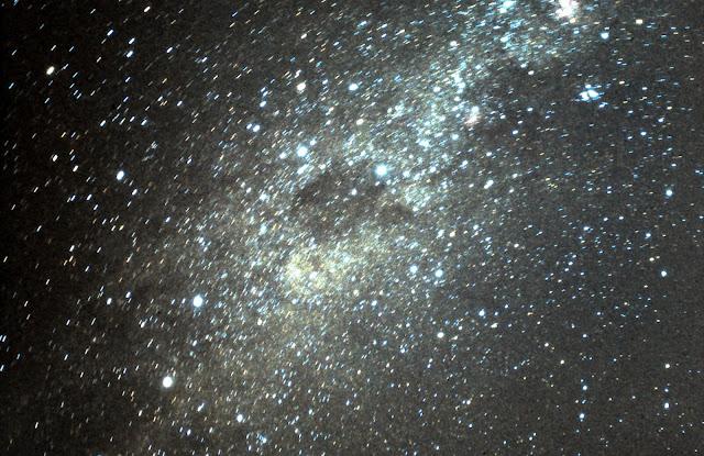 Đây là dải Ngân Hà trên bầu trời bán cầu nam, nhiều sao sáng và thiên thể thú vị hơn so với khi quan sát Ngân Hà ở bán cầu bắc. Tinh vân Bao than là khoảng tối nằm giữa dải ánh sáng. Sao Alpha Centauri (ngôi sao gần Hệ Mặt Trời nhất, cách 4,3 năm ánh sáng) cùng sao Beta Centauri ở ngay bên trái Tinh vân Bao than, trong khi chòm sao Crux (Thập tự Phương nam) nổi tiếng thì nằm ở trên bên phải của Tinh vân Bao than. Hình ảnh được chụp vào ngày 6 tháng 4 năm 1986 ở La Serena, Chile. Hình ảnh: Joe Rao.