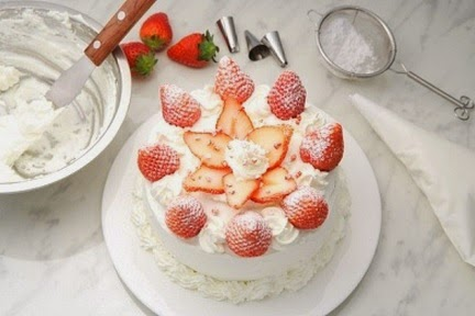 Pastel de fresas con crema batida