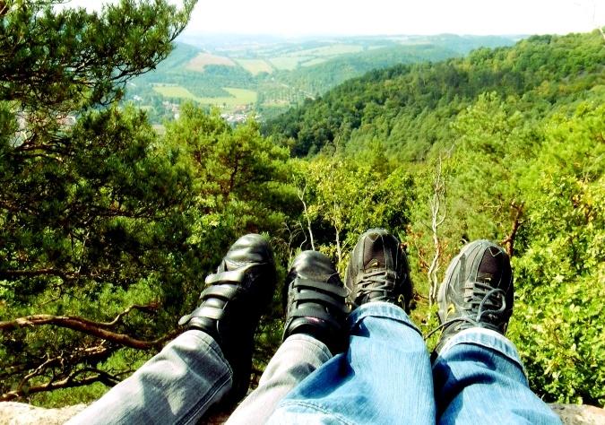 výhled do krajiny, nohy