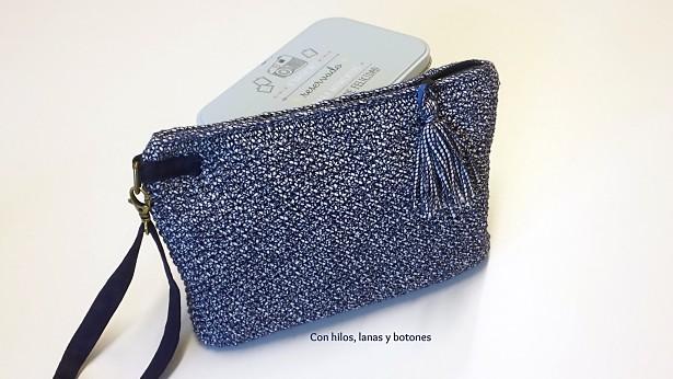 Con hilos, lanas y botones: Clutch Louisiana azul