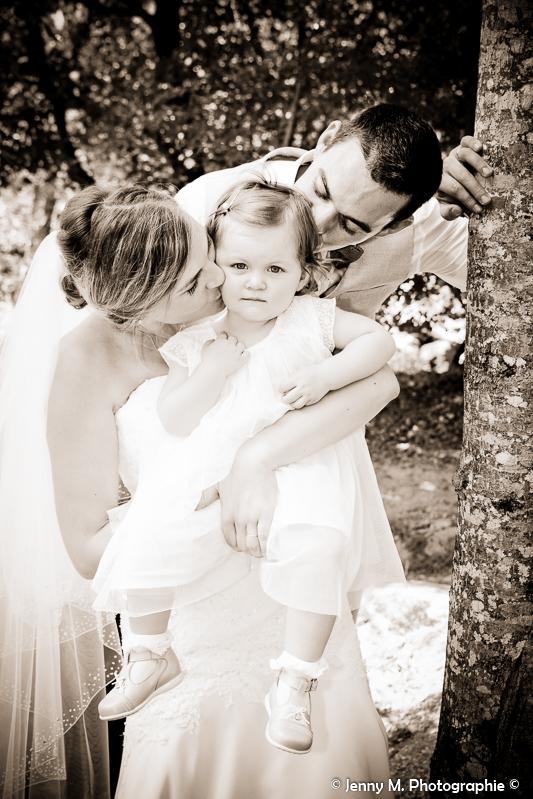 photo mariés papa maman qui font un bisous à leur petite puce