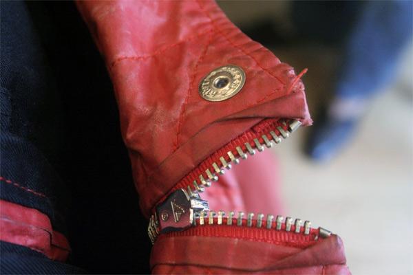 Ağzını açmış bir pirana balığı gibi görünen kırmızı mont fermuarı
