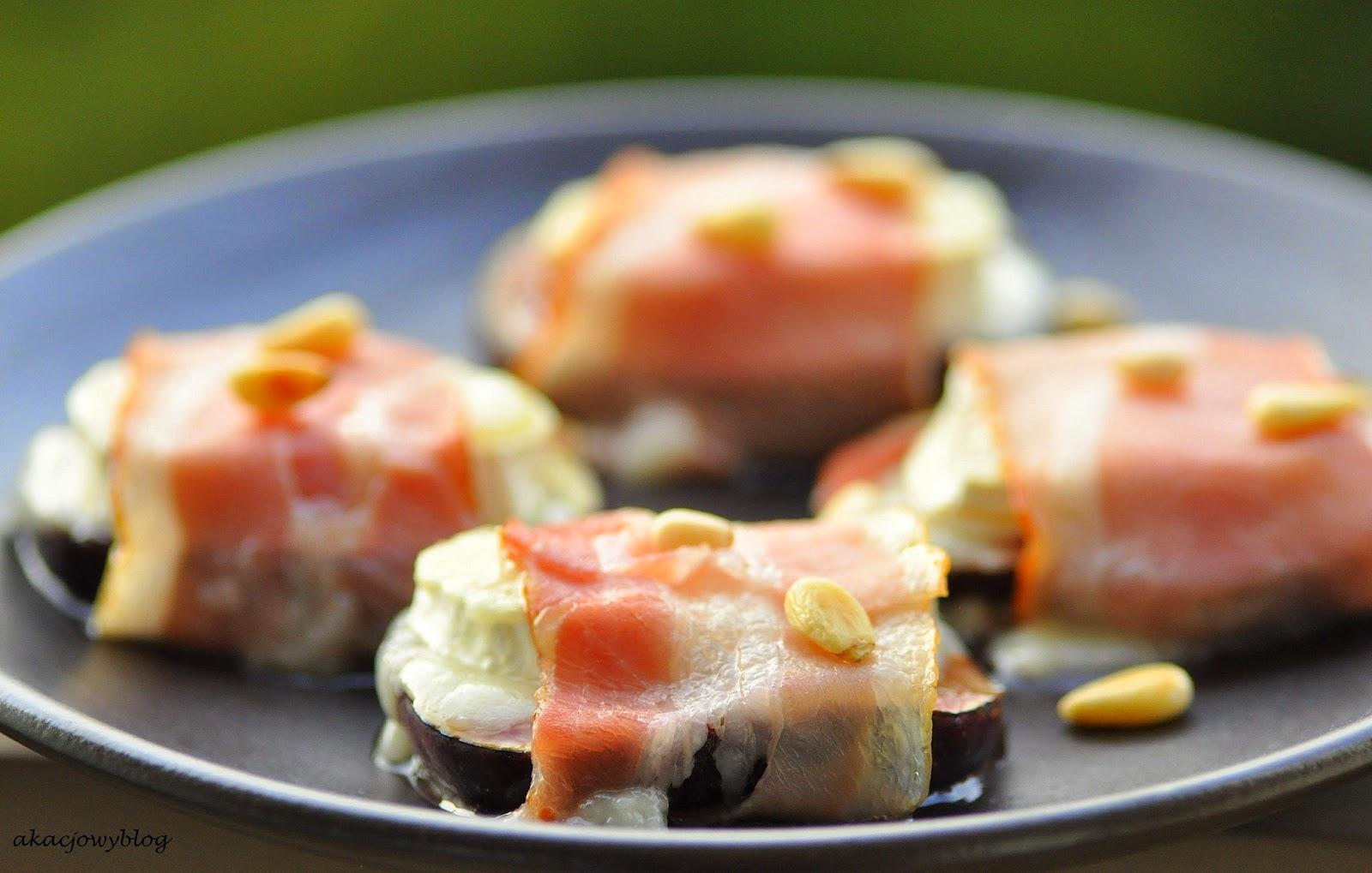 Figi zapiekane z kozim serem, boczkiem i piniolami.