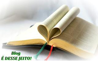 Imagem da BÍBLIA SAGRADA Aberta, com parte de SUAS Páginas formando a figura de um coração