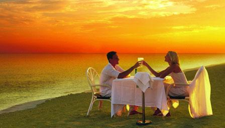 Pareja en una cena romántica Demostrándose amor mutuamente