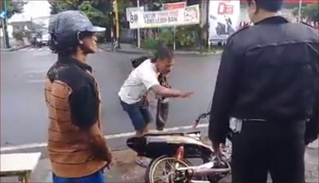 Karena Tidak Mau Ditilang, Bapak Ini Mengamcam Akan Membakar Motor Bututnya Dijalan