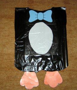 Disfraz de pinguino con bolsas de basura negras