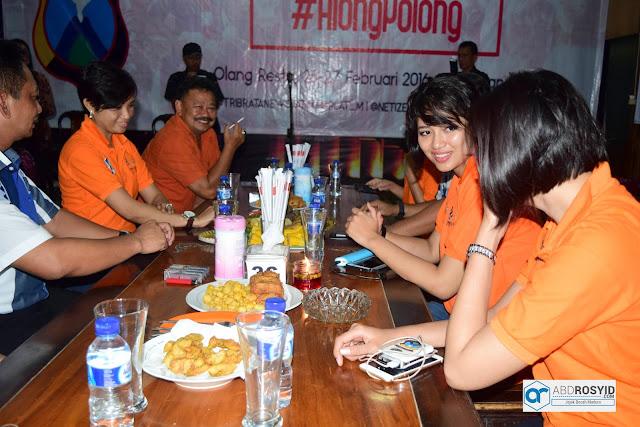 Jumat kemarin merupakan hari yang sangat istimewa bagiku pribadi dan bagi Blogger Plat-M juga Netizen Jawa Timur. Karen kita semua bisa along-polong bersama Polda Jawa Timur dan yang lebih istimewa lagi kita diberi kesempatan untuk bertanya langsung, baik mengenai kejadian-kejadian yang terjadi di sekitar ataupun rencana dari Polda Jawa Timur kedepannya.
