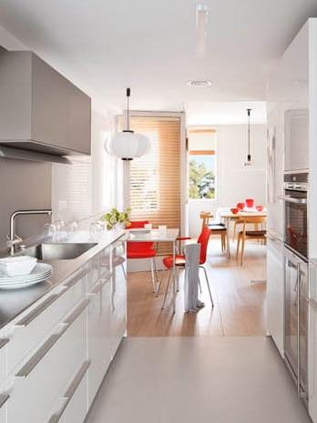 cocina blanca con pequeño office chicanddeco