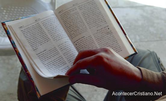 Ex musulmán leyendo la Biblia.