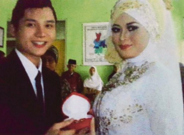Suami sebar gambar kahwin, penyanyi minta cerai
