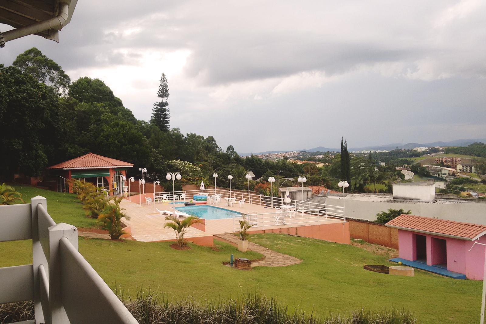 vista da piscina na sacada