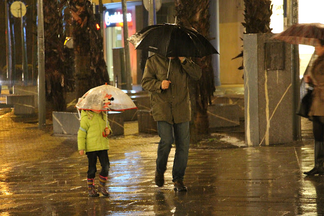 Dos personas soportan lluvia fuerte en Barakaldo
