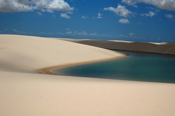 صحراء بداخلها بحيرات مليئة بالأسماك !! lencois-maranhenses-