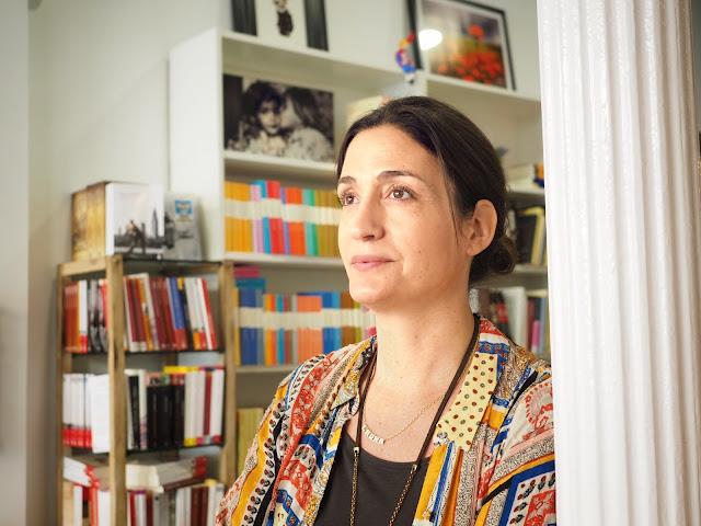 Primer plano de la autora Laura Riñón en la librería Amapolas en Octubre